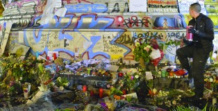 Messages and floral tributes commemorate the victims of terrorism