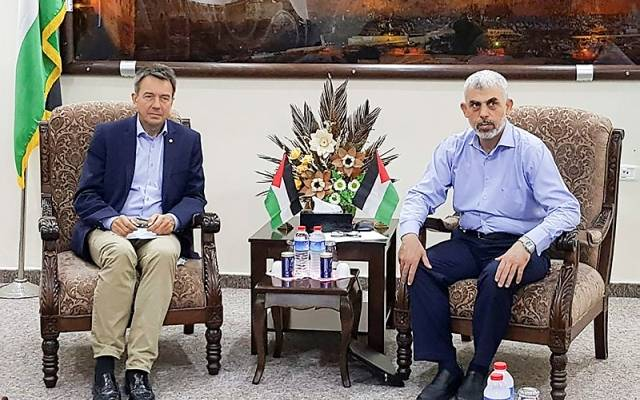 Hamas leader Yahya Sinwar (right) did not yield to Red Cross head Peter Maurer